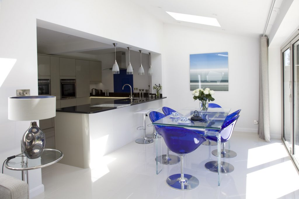 Open plan living: how to use the space effectively and choose the right colour scheme for the light